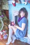 秀丽庆祝圣诞节的魅力妇女,穿礼服,费斯特 免版税库存照片