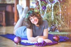 秀丽庆祝圣诞节的魅力妇女,穿礼服,费斯特 免版税图库摄影