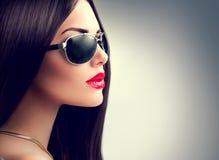 秀丽式样女孩佩带的太阳镜 免版税图库摄影