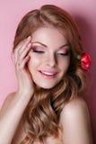 秀丽式样妇女面孔 理想的皮肤 应用光泽嘴唇组成专业人员 免版税库存照片