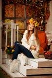 秀丽微笑在黄色和橙色澳大利亚门廊的秋天妇女  库存图片