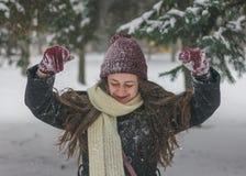 秀丽快乐的少年式样女孩获得乐趣在冬天公园 免版税图库摄影