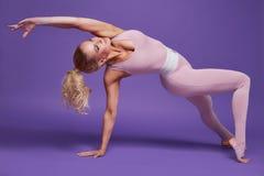 秀丽性感的妇女体育瑜伽pilates健身身体形状穿衣 库存图片