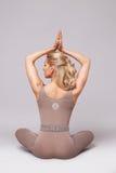 秀丽性感的妇女体育瑜伽pilates健身身体形状穿衣 图库摄影