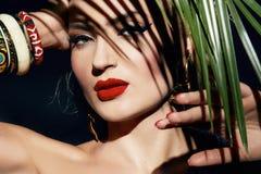 秀丽性感的妇女构成密林棕榈晒黑遮蔽海滩 免版税库存图片