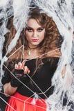 秀丽性感的巫婆女孩在蜘蛛网捉住了 时尚艺术设计 美丽的哥特式式样女孩与万圣夜组成 图库摄影