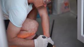 秀丽慢动作 公寓的修理-专业工作者研磨金属研磨机特写镜头 股票视频