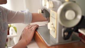 秀丽慢动作 r 年轻白肤金发的妇女在一台打字机缝合在一间明亮的屋子 股票录像