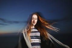 秀丽户外红头发人女孩秋天画象在微明下 免版税库存照片