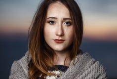 秀丽户外红头发人女孩秋天画象在微明下 免版税库存图片