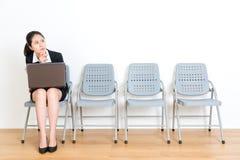 秀丽拿着流动膝上型计算机的经理夫人 免版税库存照片