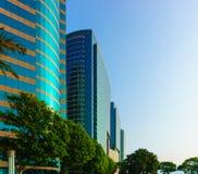 秀丽摩天大楼低角度视图 免版税库存图片