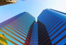 秀丽摩天大楼低角度视图 免版税库存照片