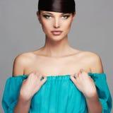 秀丽方式女孩节假日性感构成的纵向 健康的头发 蓝色礼服的美丽的女孩 免版税库存图片
