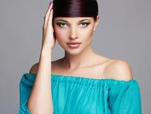 秀丽方式女孩节假日性感构成的纵向 健康的头发 蓝色礼服的美丽的女孩 库存图片
