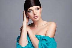 秀丽方式女孩节假日性感构成的纵向 健康的头发 蓝色礼服的美丽的女孩 免版税库存照片
