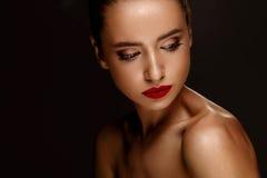 秀丽方式女孩节假日性感构成的纵向 有美好的构成的妇女,红色嘴唇 免版税库存图片