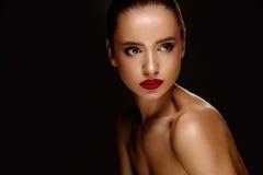 秀丽方式女孩节假日性感构成的纵向 有美好的构成的妇女,红色嘴唇 图库摄影