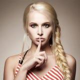 秀丽方式纵向 性感白肤金发的女孩 免版税图库摄影