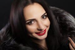 秀丽时尚与完善的微笑的妇女面孔 美丽的性感的女孩面孔特写镜头与明亮的构成的 微笑的年轻女性模型W 图库摄影