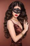 秀丽时尚典雅的深色的妇女 健康长的波浪发st 免版税库存图片