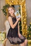 秀丽时尚妇女圣诞节背景新年树 时髦样式性感的女孩 豪华礼服的华美的女性在Xmas 免版税库存照片