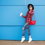 秀丽时尚微笑的妇女画象用在太阳镜的咖啡在蓝色背景 室外 Copyspace 免版税图库摄影