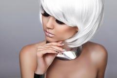 秀丽时尚白肤金发的女孩。性感的妇女画象。白色短的H 库存图片