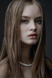 秀丽时尚魅力在黑背景的女孩画象 库存照片