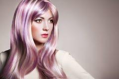 秀丽有五颜六色的被染的头发的时装模特儿女孩 免版税库存照片