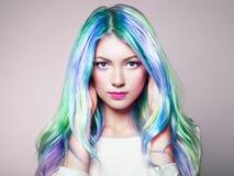 秀丽有五颜六色的被染的头发的时装模特儿女孩 免版税库存图片