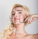 秀丽有完善的新鲜的皮肤的温泉妇女 青年护肤概念 在削皮前后的皮肤 面部治疗 库存图片