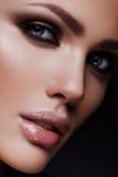秀丽有明亮的构成的时装模特儿女孩 免版税库存图片