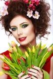 秀丽有花发型的春天女孩 美丽的式样woma 免版税库存图片