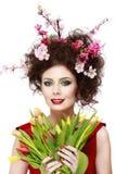 秀丽有花发型的春天女孩 美丽的式样woma 免版税图库摄影