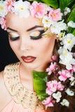 秀丽有花头发的春天女孩 有花的美丽的式样妇女在她的头 发型的本质 夏天 免版税库存图片
