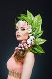 秀丽有花头发的春天女孩 有花的美丽的式样妇女在她的头 发型的本质 夏天 库存照片