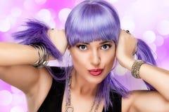 可爱的快乐的女孩。 时髦的紫色头发 免版税库存图片