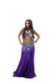 秀丽服装舞蹈演员摆在紫色的东方人 免版税库存图片