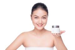 浴秀丽构成油用肥皂擦洗处理 拿着润湿的奶油色箱子的亚裔妇女 免版税图库摄影
