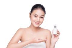浴秀丽构成油用肥皂擦洗处理 拿着血清治疗瓶的亚裔妇女 免版税库存照片