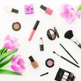 秀丽构成由桃红色郁金香花束、化妆用品和礼物盒制成在白色背景 顶视图 平的位置女性书桌 库存图片