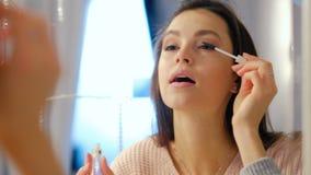 秀丽构成魅力生活方式女孩应用染睫毛油 股票录像
