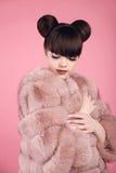 秀丽构成 在皮大衣的时尚青少年的女孩模型 深色的机智 库存图片