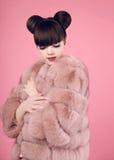 秀丽构成 在皮大衣的时尚青少年的女孩模型 深色的机智 免版税图库摄影
