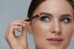 秀丽构成 塑造有眉头铅笔特写镜头的妇女眼眉 免版税库存图片