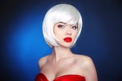秀丽构成 短的发型 白色突然移动发型 金发碧眼的女人您 免版税库存图片