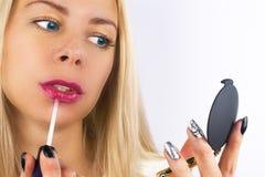 秀丽构成 美丽的白肤金发的妇女面孔特写镜头与蓝眼睛和光滑的皮肤的 有嘴唇光泽的充分的嘴唇 女孩特写镜头 免版税库存照片