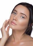 秀丽查出的纵向白色 接触她的面孔的美丽的温泉妇女 完善的新鲜的皮肤 纯净的模型 青年和关心概念 免版税库存图片