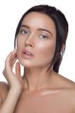 秀丽查出的纵向白色 接触她的面孔的美丽的温泉妇女 完善的新鲜的皮肤 纯净的模型 青年和关心概念 免版税库存照片